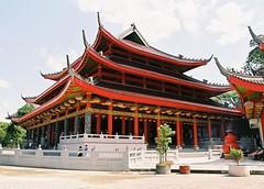 Sam Po Kong, Semarang 3 (tokek belanda (very busy)) Tags: red indonesia temple java nikon sam buddhism kong po lantern semarang rood jawa lampion indonesi tempel f60 sampokong boeddhisme