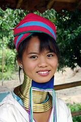 PADAUNG LONG-NECK WOMAN II (hcjonesphotography) Tags: travel portrait people elephant portraits neck thailand temple pagoda necklace asia southeastasia long village faces burma traditional hill tribal karen ring rings longneck tribes chiangmai myanmar tribe ethnic brass burmese mujeres birma coils bodymodification indigenous villagers hilltribes padang hilltribe longnecktribe karentribe northernthailand padong longnecks padaung birmanie collo kayan longo birmania longneckkaren mujeresjirafa burmeseborder paduang longneckwomen giraffewomen
