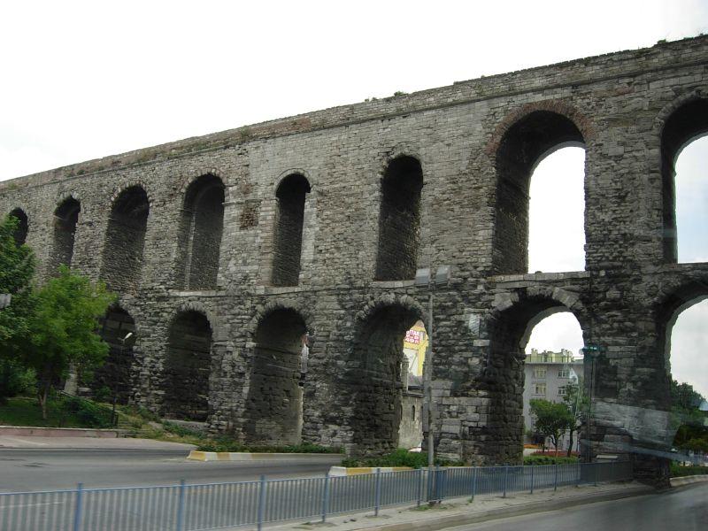 前往Taksim Square的路上,就會看到古羅馬水道牆!