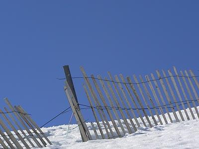 barrière sur la neige.jpg