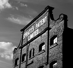 Spratt's Patent Limited factory, Poplar (jordi.martorell) Tags: blackandwhite bw signs london blancoynegro advertising geotagged poplar factory bn explore guessed guesswherelondon 1855mmf3556g eastlondon blancinegre towerhamlets spratts gwl d40 cruzadas explored morrisroad guessedbyloopzilla nikond40 a3b fawestreet patenthouse sprattspatentlimited cruzadatecnica cruzadasii