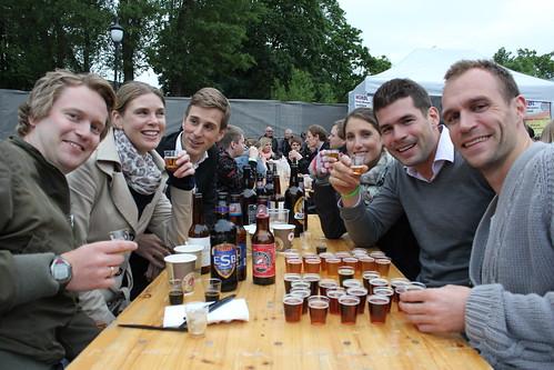 En vennegjeng feirer bursdag på Øl- og matfestivalen