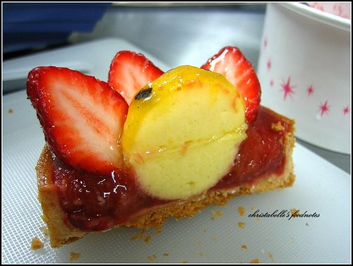 L'etoile季節師傅新甜點剖面 a cross section of strawberry, passion fruit and rhubarb tart