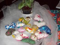Sachês de coração para dar de brinde... (Mar de flores) Tags: flowers flores fuxico yoyo fux sandália chinelo tecido croche fuxicos fuxicando crochetando fuxicaria fuxic