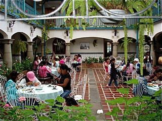 Hotel-El-Meson-de-las-Flores-kids-at-lunch