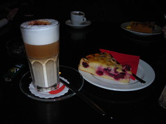 Pranzo (Bellatrix_Les) Tags: bar latte caff torta dolci colazione pranzo tazza berlino piatto schiuma tedesco fetta amarene