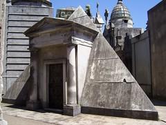 Pirámide  Masonica en el Cementerio Recoleta (Sebastián-Dario) Tags: sculpture grave death buenos aires cementerio tomb tombstone tumba mausoleum creativecommons recoleta crypt cementery