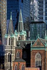 Mélange architectural (Lucille-bs) Tags: amérique etatsunis etatdenewyork newyork architecture building eglise lumière contraste croix vitrail reflet