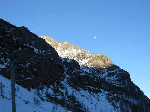 La luna dietro alle montagne