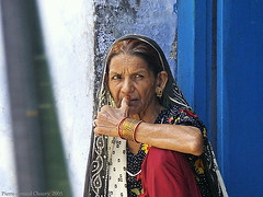 Jodhpur portrait (f/4) Tags: blue red portrait woman india scarf gold asia jewlery doorstep jodhpur konicaminoltadimagea2 chouvy phototropismcom