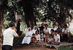 Saigon 1972 - Photo by Bruno Barbey - Chụp hình kỷ niệm trong Sở Thú (manhhai) Tags: captiontooshort faces guerreduvietnam imagetoosmall vietnamwar