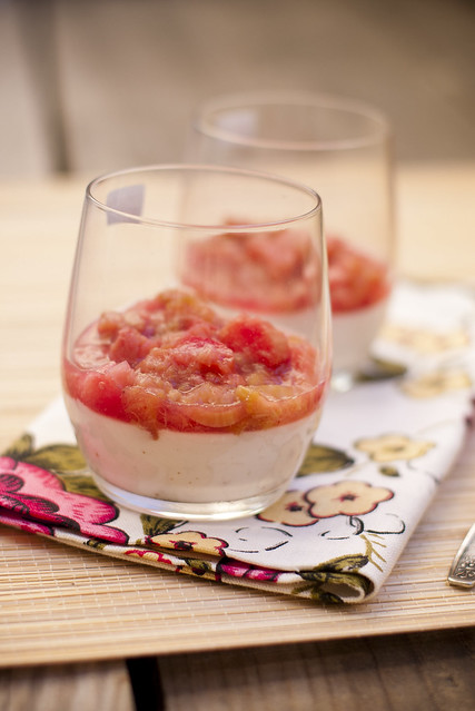 Kookoskreem rabarbriga / Coconut cream with poached rhubarb