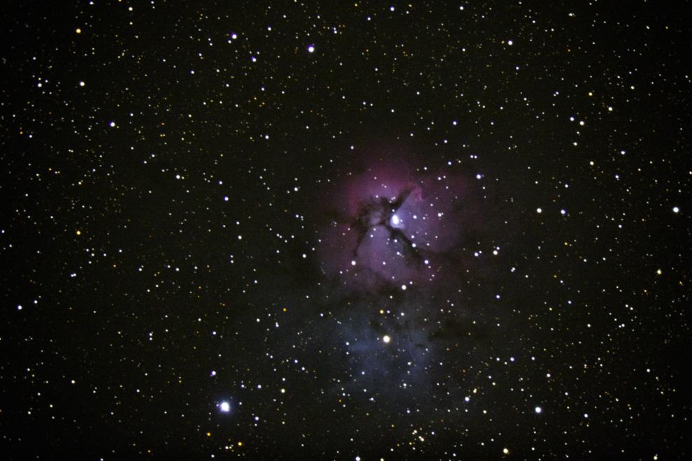 La Nebulosa de la Trifida, es es una nebulosa tanto de emisión como de reflexión. tiene un brillo aparente de 6.3 magnitudes. La nebulosa está relativamente cercana, a unos 5.500 años luz. Su edad estimada es de 300.000 años, lo que la convierte en una zona de formación estelar extremadamente joven.  (Rodrigo Ríos - Zanjita, Paraguay)