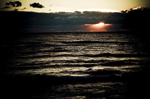 Un tramonto sotto nere nuvole
