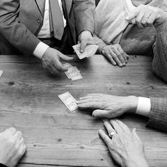scopa all'asso (kilometro 00) Tags: street bw hands strada hand streetphotography mani bn tavolo biancoenero carte osteria treviso gioco trevision muscolis linguaggiodellemani scopaallasso torneoscopaallasso