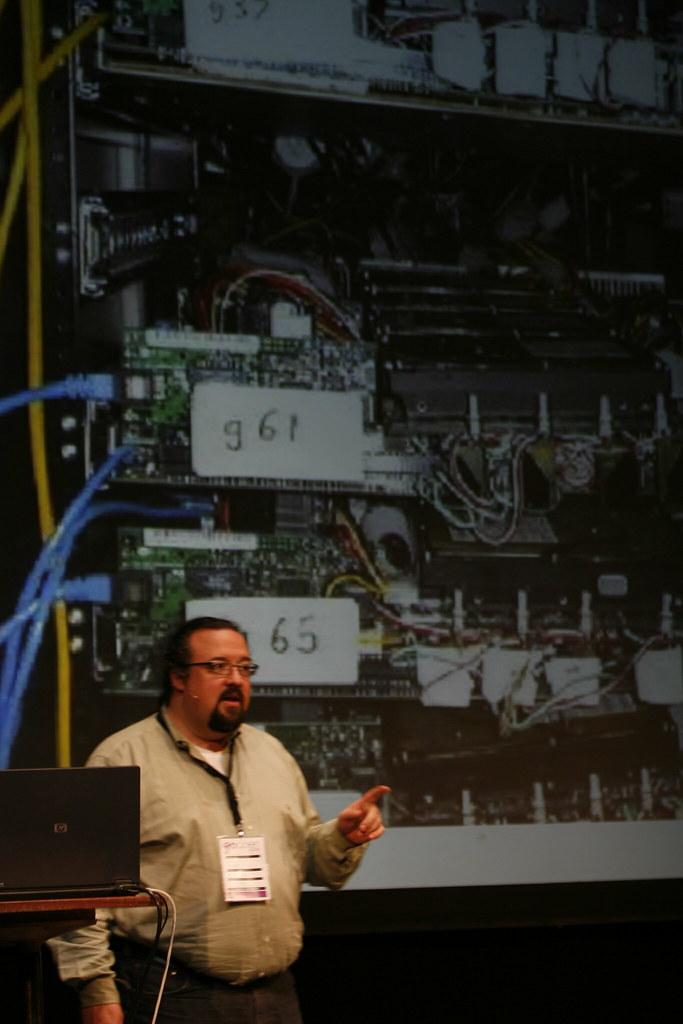 Chris DiBona fra Google forklarer hvordan de første serverne hos Google ble bygd