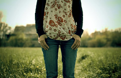 * (Fa.bian) Tags: flowers black green hands bokeh clothes jeans gras pocket thumbs cardigan redflowers tunic sigma30mmf14exdchsm canoneos30d bildermacher fabiangehweiler