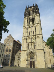Façade de Überwasserkirche (XVe siècle), Überwasserkirchplatz, Münster, Rhénanie-du-Nord-Westphalie, Allemagne. (byb64) Tags: münster mönster stpaulusdom westphalie rhénaniedunordwestphalie nordrheinwestfalen northrhinewestphalia renaniadelnortewestfalia renaniasettentrionalevestfalia westfalen westphalia westfalia vestfalia allemagne deutschland germany germania alemania europe europa eu ue rfa nrw église church chiesa kirche iglesia igreja igrexa überwasserkirche xve 15th moyenage medioevo middleages edadmedia clocher gothique gotico gothic artgothique