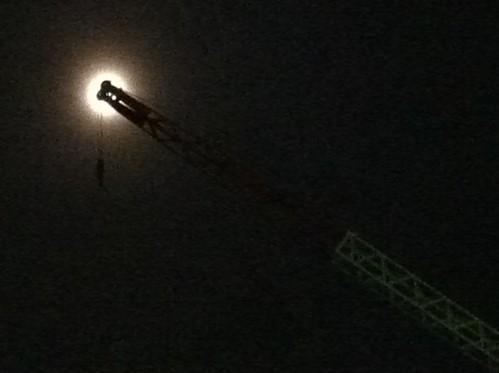 月とクレーン
