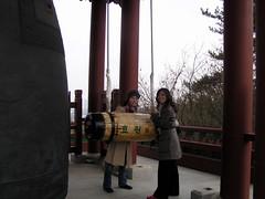striking the filial piety bell (carinasuyin) Tags: bell korea seoul suwon