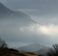 paese nella nebbia (peet-astn) Tags: abruzzo marsica santaiona