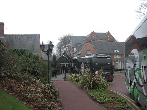 Mannschaftsbus des FC Bayern vor dem Marriott Worsley Park, Manchester