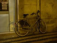 Bicicleta holandesa estacionada em Lisboa, durante a noite