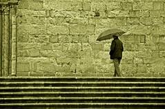 Cuando llover? (Sisapo) Tags: sepia pared escalera arenas manu paraguas hombre virado columnas sisapo sepioso superhearts