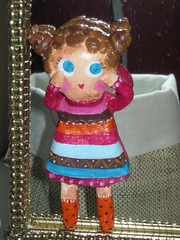 Menina em papier-machê (Susana Tavares) Tags: bonecas dolls arte handmade pins meninas papiermachê acessórios pregadeiras aplicações susanatavares pintadoámão