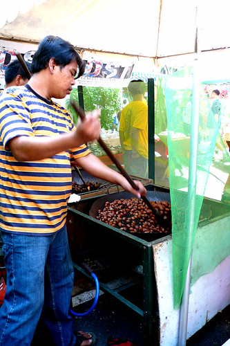 street vendor roasting castañas nut snack stirring big wok kawali Pinoy Filipino Pilipino Buhay  people pictures photos life Philippinen  菲律宾  菲律賓  필리핀(공화국) Philippines