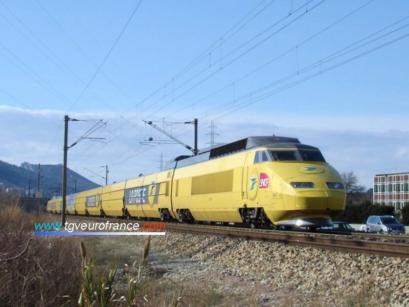 """Le TGV """"La Poste"""" (rame postale 951) en direction de Nice pour l'opération """"Pièces jaunes"""" en février 2008"""