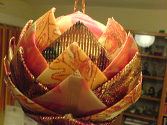 Pomme de pin réalisée avec une boule de polystyrène et des rubans