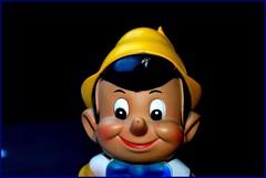 NOCHE DE INOCENCIA (ABUELA PINOCHO ) Tags: macro cara sonrisa mueco pinocchio soe juguete pinocho hucha ilusin blueribbonwinner cruzadas abigfave ltytr1 diamondclassphotographer flickrdiamond ithinkisart superlativas theunforgettablepictures a3b