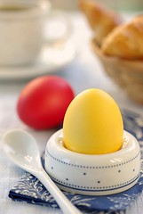 Easter Breakfast (2/2) (Thorsten (TK)) Tags: blue red food yellow breakfast catchycolors germany easter fun dof bokeh salt spoon eggs tradition boiled coloredeggs foodphotography easterfood foodpresentation flickrcolor foodstyling thorstenkraska germanfoodphotography