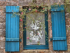 A graceful touch... (mau_tweety) Tags: france window brittany curtain bretagne breizh finestra francia finistre bretagna locronan singintheblues tendina vanagram