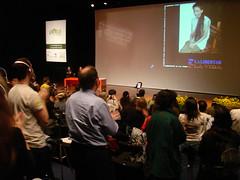 全場起立以掌聲和呼喊向英格麗‧貝丹考致意