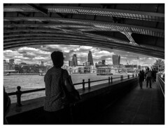 Under the bridge (objet introuvable) Tags: blackandwhite bw bridge pont london londres nb nuages clouds panasonic people lumixgx8 lumix light lines monochrome sky