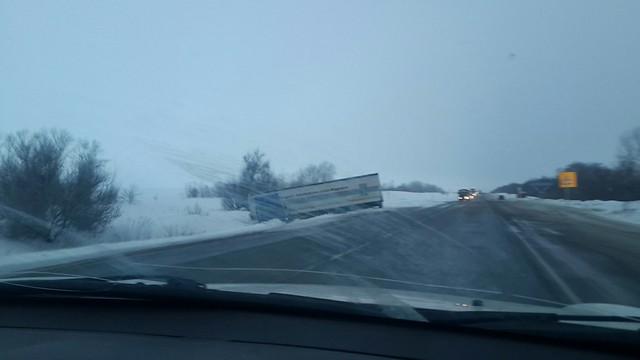 ВСамарской области опрокинулся грузовой автомобиль скислотой