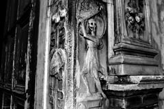 Ossa di mannarini (Apollyon Sun) Tags: scheletro skeleton ossa bones morte death carving bassorilievo sculpture gate blackandwhite biancoenero monocromo monochrome