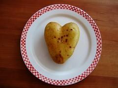 (Heart)Potato (der_Corse) Tags: nature heart natur harvest potato herz tabletop kartoffel ernte schnaich kartoffelernte iu heartofnature impressionsexpressions abigfave coolgermany
