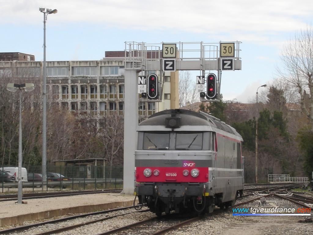 Une locomotive BB 67300 VFE SNCF stationne en gare d'Aix-en-Provence le 4 février 2008.