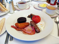 where are my beanz at? (lomokev) Tags: food breakfast digital canon tomato mushrooms pepper bacon beans tea egg sausage bestwestern hashbrowns fryup sault blackpudding g7 fullenglish poachedegg crownhotel breaky friedbread canonpowershotg7 file:name=img0900
