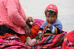 bebe colorido (Patounica) Tags: boy baby peru girl machu portraits cusco nios colores retratos pichu mercado bebe mujeres chicos colorido peruanos vendedoras photofaceoffwinner a3b pfogold