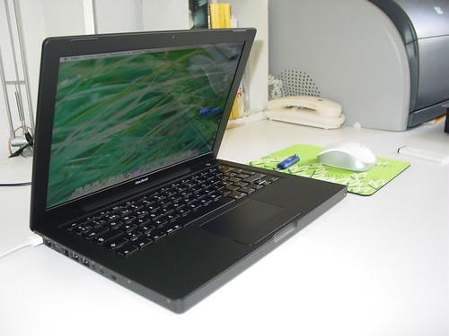 MacBook negro y ratón Logitech