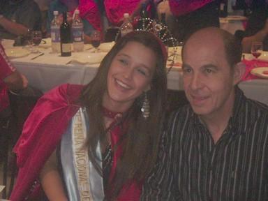 Jimena Soledad Orionte (Reina Nacional del Maní) posa junto a Ricardo Enrique -Bocha- Bochini