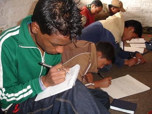 Tinerii studiază Biblia în Kathmandu, Nepal