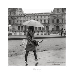 Paris n°127 - Classy (Nico Geerlings) Tags: ngimages nicogeerlings nicogeerlingsphotography classy stylish elegant highheels elegance louvre museedulouvre museum paris parijs france streetphotography leicammonochrom 50mm summilux