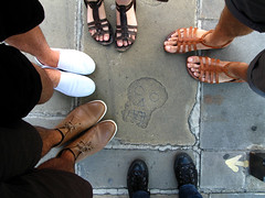 skull (no i'm not, i'm very married) Tags: friends amigos london feet pés findings achados