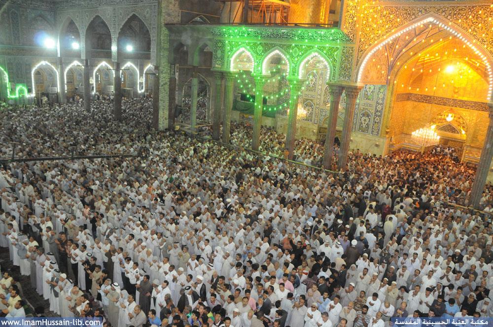 زوار ابي عبدالله الحسين یؤدون الصلاة ومراسيم الدعاء والزيارة في ليلة الجمعة