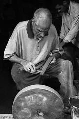 Donne! E' arrivato l'arrotino! (matteo_dudek) Tags: portrait blackandwhite bw man work person travels working knife bn uomo morocco marocco viaggi ritratto artisan biancoenero artigiano ruota arrotino lavoro fs coltello lavorare lpartisans